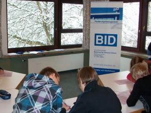Schüler beim Lösen der kniffligen Aufgaben aus dem kaufmännischen Bereich.