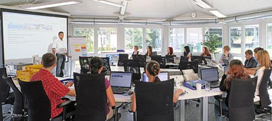 Das Inkasso-Schulungszentrum ist individuell für Schulungen von bis zu 30 Teilnehmern konfigurierbar und mit modernster Technik ausgestattet.