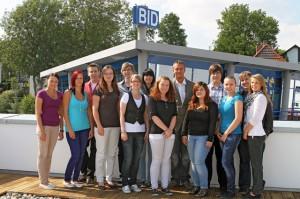 13 Auszubildende starteten bei der Coburger BID Unternehmensgruppe im September ins Berufsleben. Die Karrierechancen sind laut Ausbildungsleiter Marco Groeger (hintere Reihe Mitte) bei BID in vielen Fachgebieten sehr gut.